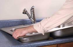 Сантехник в Липецке. Услуги сантехника – установка раковины на кухне. город Липецк